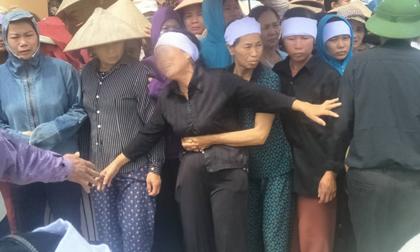 Xót xa cảnh người thân khóc ngất tiễn đưa các nạn nhân trong vụ thảm sát về nơi an nghỉ cuối cùng