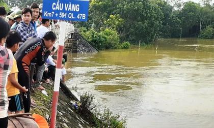 Taxi chở 3 người lao xuống sông, 2 người mất tích trong dòng nước lũ
