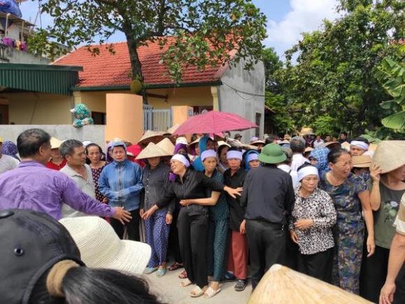 Người dân và người thân bật khóc trong đám tang vợ chồng ông Hải