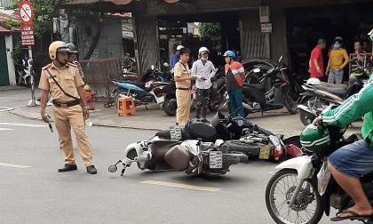 Ô tô đâm hàng loạt phương tiện, xe máy ngã rạp trên phố Sài Gòn