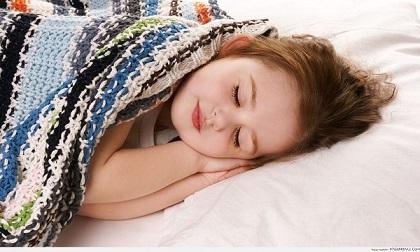 Buổi tối, mẹ cứ cho con đi ngủ vào giờ này, bé lớn lên đảm bảo thông minh và cao như siêu mẫu