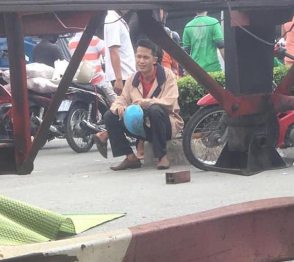 Chồng hoảng loạn, ngồi khóc nghẹn cạnh thi thể vợ bị xe container cán tử vong ở Sài Gòn - Ảnh 2.