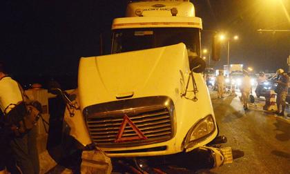 Clip: Phút kinh hoàng xe container tông văng hàng loạt xe máy trên cầu Thanh Trì