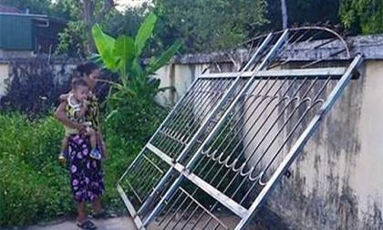Bị cửa sắt nặng 200 kg đè lên người, bé 3 tuổi tử vong