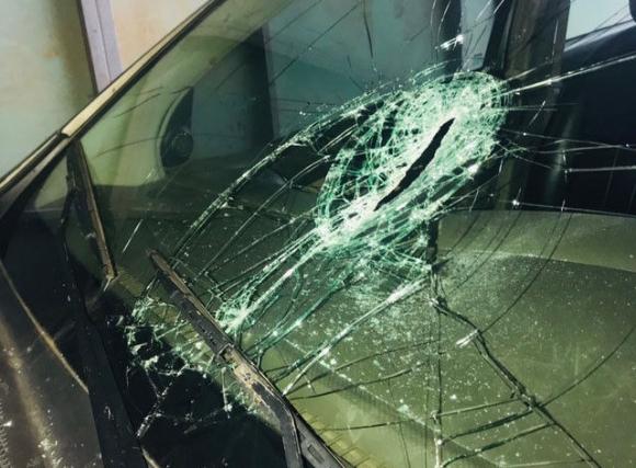 Người đàn ông trốn trại tâm thần cầm dao đập phá hàng loạt ô tô, cướp tiệm vàng