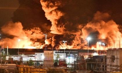 Nhà máy hóa chất Pháp cháy dữ dội, hơn trăm lính cứu hỏa ra sức dập