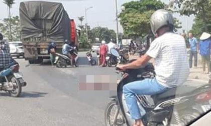Hà Nội: Tai nạn giữa vòng xuyến, con trai 3 tuổi sợ hãi nhìn cha tử vong dưới bánh xe tải