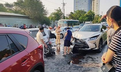 Tai nạn liên hoàn khi dừng đèn đỏ, nhiều xe ô tô hư hỏng nặng
