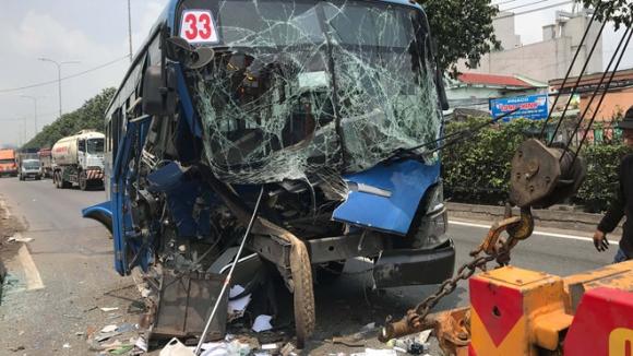 Xe buýt tông xe đầu kéo ở TP.HCM, quốc lộ 1 ùn tắc 4 km