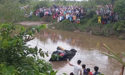Vụ 3 thi thể trong Mercedes dưới kênh ở Tiền Giang: Người thân gục ngã khi chứng kiến 2 con trai cùng con dâu mang thai gần 8 tháng tử vong