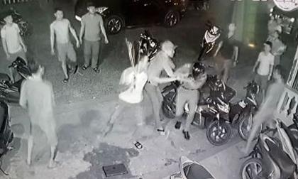Hàng loạt vũ khí trong nhà nhóm thanh niên chém 3 công an