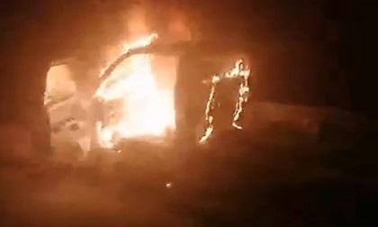 Xe tải cháy ngùn ngụt khi đang đậu bên đường