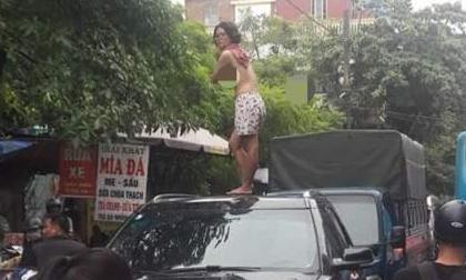 Cô gái nghi ngáo đá trèo lên nóc xe nhảy múa, cả con phố ùn tắc