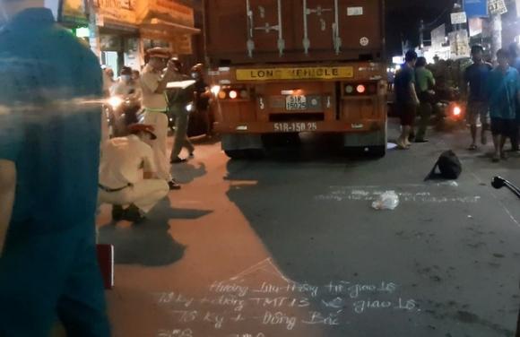 TP.HCM: Được cậu đón đi học về, 2 cháu bé bị xe container cán thương vong - 1