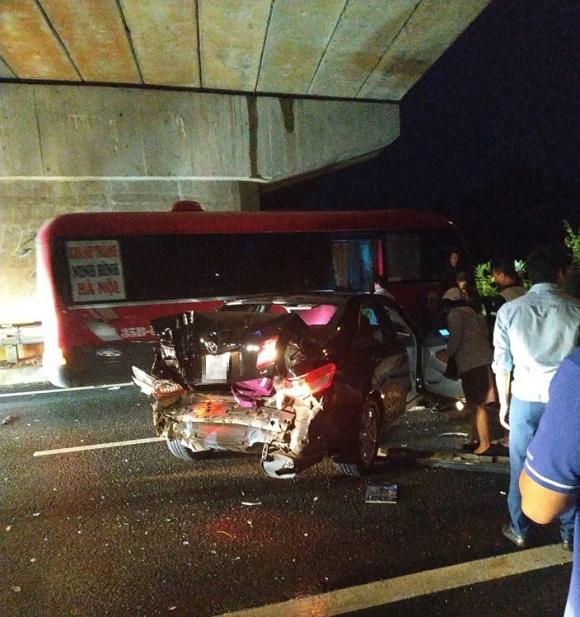 Kinh hoàng hình ảnh ô tô 4 chỗ bị vò nát sau tai nạn trên cao tốc - 1