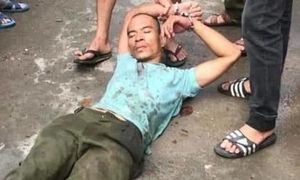 Kinh hoàng người đàn ông đang đi xe máy bị nam thanh niên dùng búa đánh tử vong