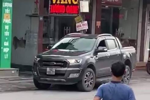 Thưởng 10 triệu đồng cho lái xe húc ngã tên cướp tiệm vàng tại Quảng Ninh - 2