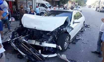 Xe sang Mercedes nát bét sau cú đâm vào đuôi xe buýt