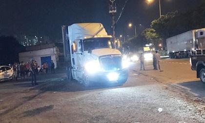 Nằm trên lề đường ở TP.HCM, nam thanh niên bị xe container cán tử vong
