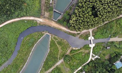 NÓNG: Bắt 2 nghi phạm đổ dầu thải ra nguồn nước sông Đà