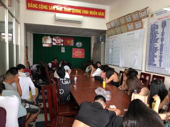 Công an đột kích quán bar ở Tân Phú, trăm người tháo chạy - ảnh 2