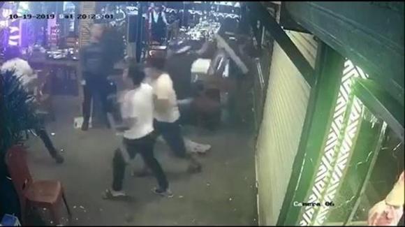 Nhân viên nhà hàng ra ngăn cả thì bị cả nhóm đuổi đánh. (Ảnh: Công lý).