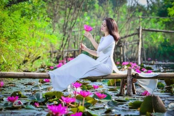 Du khách thong thả thưởng hoa, chụp ảnh trên dòng suối Yến.
