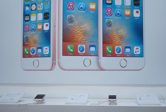 Mua iPhone xach tay tai Viet Nam chua bao gio rui ro den vay hinh anh 1