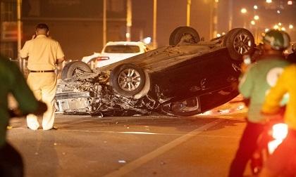 Hà Nội: Tai nạn kinh hoàng giữa 3 ô tô trên cầu Vĩnh Tuy, 1 xe lật ngửa bụng