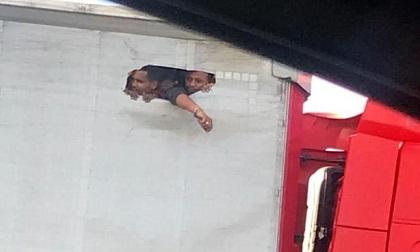Ảnh sốc về người nhập cư chen chúc giành lỗ thở trên thùng xe tải ở Anh