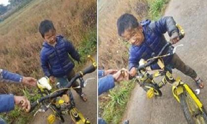 Bé trai 'bốc đầu' xe đạp và gặp cái kết 'lạnh tê tái', dân mạng nhìn ảnh mà 'cười ra nước mắt'