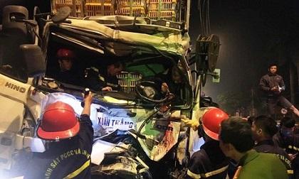 Nghệ An: Giải cứu tài xế mắc kẹt nguy kịch trong cabin xe tải bẹp dúm