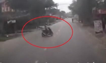 Tránh nữ lái xe máy sang đường không quan sát, ôtô lao vào nhà dân