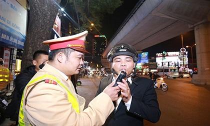 Hà Nội: Vi phạm nồng độ cồn, tài xế ngang nhiên chống đối CSGT