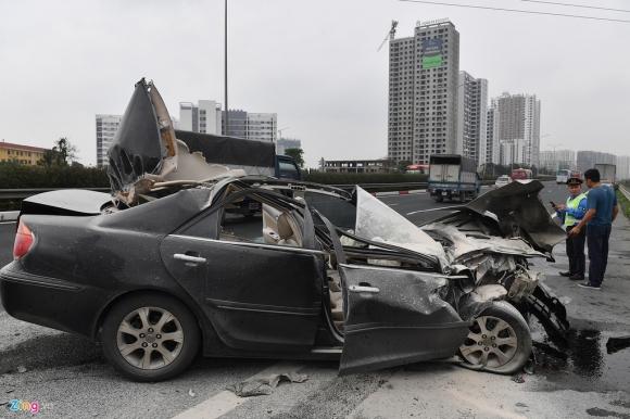 Tai xe thoat chet, chiec Toyota Camry vo nat sau khi tong xe tai hinh anh 2 tai_nan_zing_2_.jpg