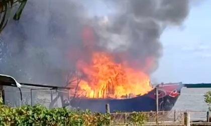 Cháy tàu du lịch 2 tầng, thiệt hại tiền tỷ