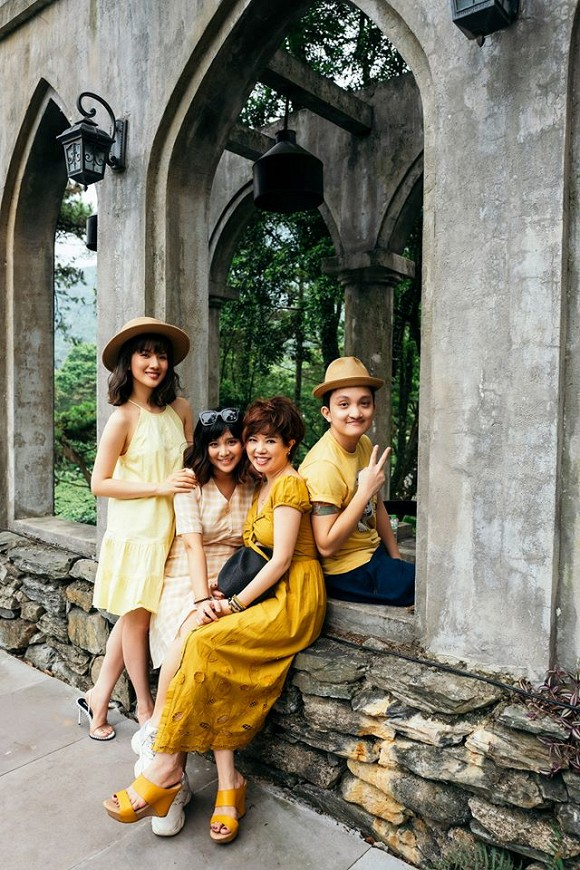 Huyền Trang chỉ đăng ảnh bên mẹ và các em.