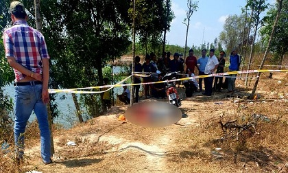 Phát hiện thi thể nam thanh niên gục chết bất thường cạnh xe máy trong bãi đất trống