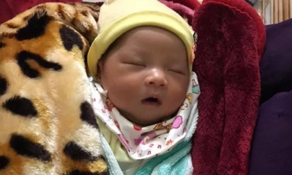 Bé gái kháu khỉnh mới sinh bị bỏ rơi gần cửa nhà thờ kèm tờ giấy 'cháu trót dại không thể lo cho bé được'