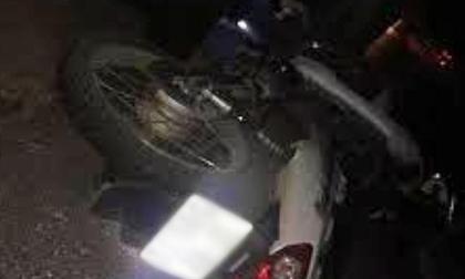 Xe máy chở 3 tông cột mốc trên đường Hồ Chí Minh, 2 thanh niên chết thảm