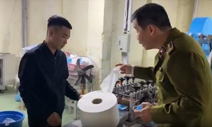 Dùng giấy vệ sinh thay lớp lót kháng khuẩn để làm giả khẩu trang