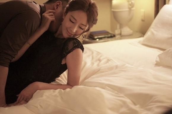 Chồng lập mưu bắt gian vợ trong nhà nghỉ để đường hoàng ly hôn cưới bồ, ai ngờ vừa lật tấm chăn lên, nhìn nhân vật chính nằm co ro trên giường mà anh sốc nặng - Ảnh 1.