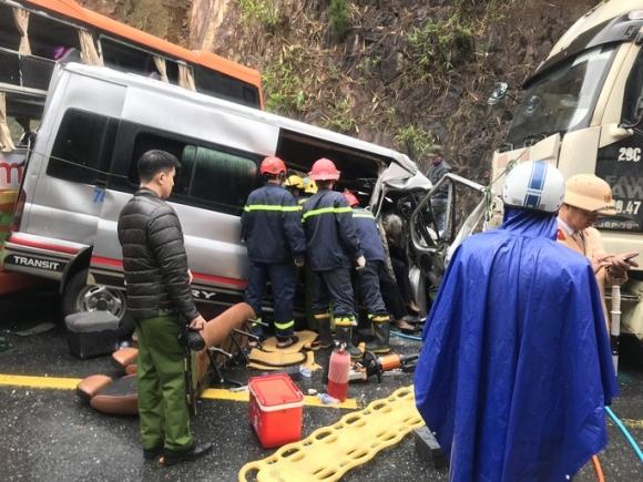 Hiện trường kinh hoàng vụ tai nạn giữa 2 xe khách và xe đầu kéo - Ảnh 2.