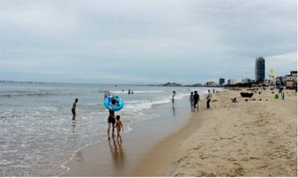 Cùng bạn đi tắm biển, bé trai 8 tuổi tử vong