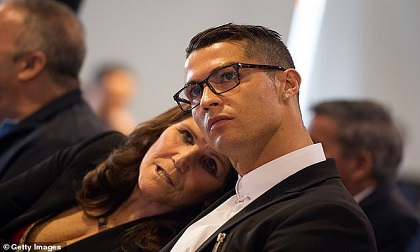 Sốc: Mẹ Ronaldo phải nhập viện khẩn cấp sau cơn đột quỵ