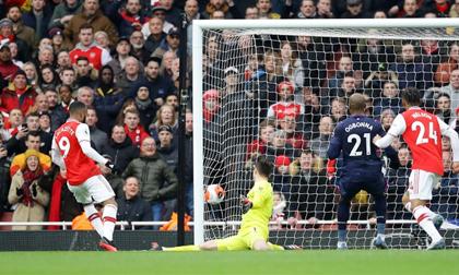VAR giúp Arsenal nối dài mạch bất bại tại Premier League