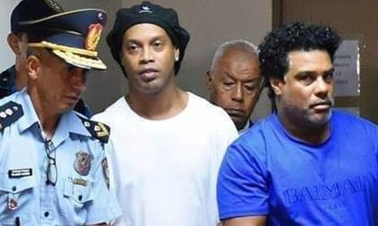 'Ronaldinho ngồi một chỗ trong tù và từ chối ăn sáng'