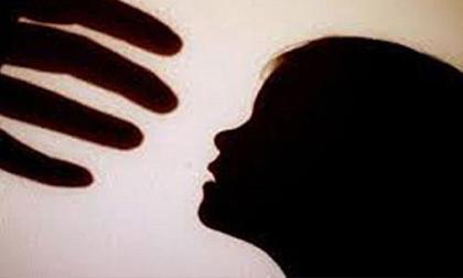 Khởi tố nam thanh niên đến lấy tiền công rồi dâm ô với con gái của chủ nhà