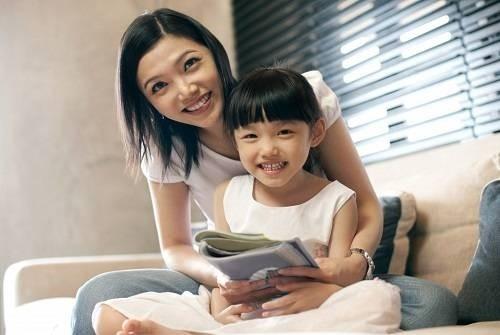 Cha mẹ nên động viên bé đọc sách, làm việc nhà, để tránh trầm cảm