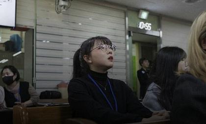Chỉ 10 phút cởi bỏ khẩu trang, nữ sinh Hàn Quốc bị lây nhiễm Covid-19 từ người bệnh và trải nghiệm đau đớn: 'Tôi cảm giác như ruột bị xé toạc'